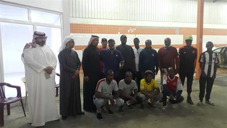 """مدير """"العمل والتنمية"""" بنجران يزور شباباً سعوديين يعملون في مغسلة للسيارات"""