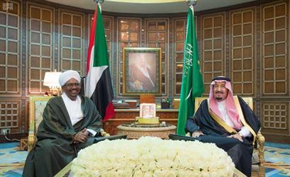 بالصور.. خادم الحرمين يستقبل الرئيس السوداني ويعقدان جلسة مباحثات