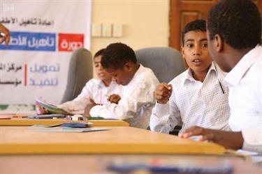 """شاهد.. """"الملك سلمان للإغاثة"""" يعيد 40 طفلاً لمقاعد الدراسة بعد أن جنّدهم الحوثي لحمل السلاح"""