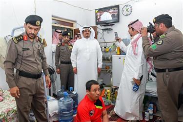 بالفيديو والصور.. نائب أمير منطقة الرياض يشارك في حملة ضبط المخالفين مع رجال الأمن