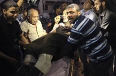 فلسطينيون ينقلون رجلا مصابا الى مستشفى في غزة في اعقاب هجوم اسرائيلي بقذائف الدبابات يوم السبت