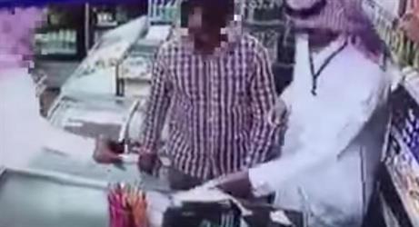شاب يسرق مالاً من محفظة عامل داخل بقالة.. وتضارب أقوال حول هويته (فيديو)
