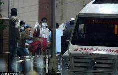 صورة للطالبة المغتصبة بوحشية تنقل من دالهي الى مستشفى بسنغافورة