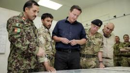 رئيس الوزراء البريطاني ديفيد كاميرون ورئيس رئيس هيئة الأركان ديفيد ريتشاردز (يمين)