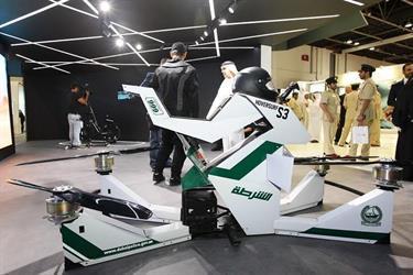 """تعرف على """"الدراجة النارية الطائرة"""" بدبي لملاحقة المجرمين.. تحلق 5 أمتار وتصل سرعتها 70 كم (فيديو)"""
