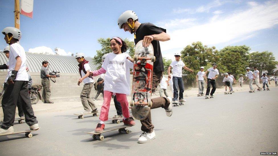 بالصور..مدرسة لتعليم الأفغان التزلج
