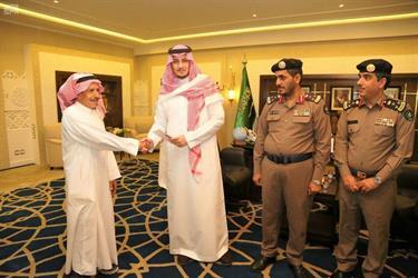 نائب أمير المنطقة الشرقية يكرم مواطنين أنقذا عائلةً من الحريق بمحافظة الأحساء