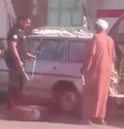 مقطع لرجل أمن يغير إطار سيارة رجل مُسن يثير الإعجاب بعسير
