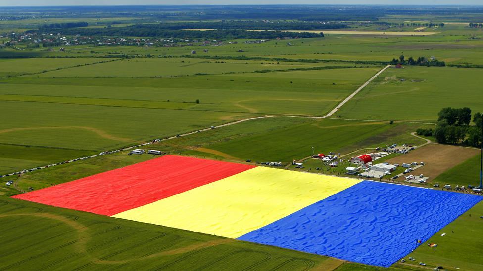 بالصور..الكشف عن أكبر علم في العالم في رومانيا