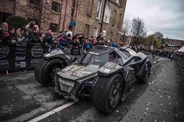 بالفيديو والصور.. فريق سعودي يعرض سيارة باتمان tgx في رالي جمبال