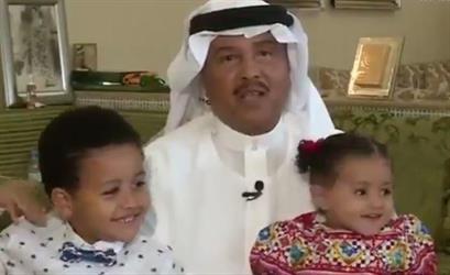 شاهد.. ابنة محمد عبده تفاجئ المشاهدين بالغناء بشكل طفولي في لقاء لوالدها على الهواء