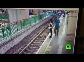 فيديو صادم.. رجل يرمي سيدة فوق سكة الحديد!
