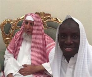 """اللاعب السنغالي """"ديمبا با"""" يلتقط سيلفي مع مفتي المملكة.. ويُوثق مشاعره تجاه فريضة الحج"""