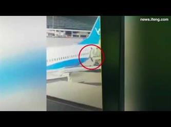 مضيفة طيران تسقط في الفجوة بين الطائرة والسلم