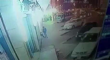 بالفيديو.. عصابة تبتكر أسلوبا إجراميا لسرقة محتويات السيارات
