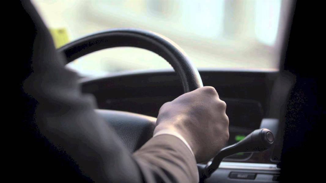 """""""هيئة النقل"""" توضح شروط الموافقة على تسجيل السائق والسيارة للعمل في الأجرة بالتطبيقات الذكية"""
