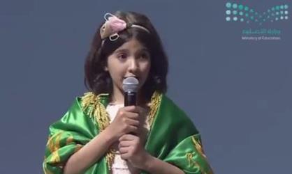 """الطالبة """"الطويرقي"""" تظفر بالمركز الرابع في مسابقة تحدي القراءة.. وتتسلم الجائزة من محمد بن راشد (فيديو)"""