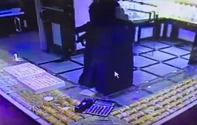 """فيديو لجريمة السطو المسلح على """"محل مجوهرات ضباء"""".. الجاني يحمل رشاشا ونجاة امرأة هربت من المحل"""