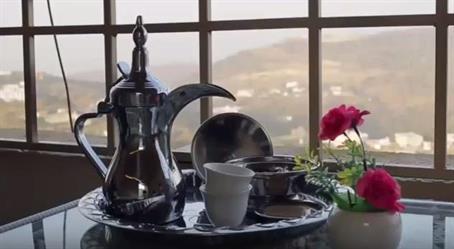 بالفيديو.. بمساعدة بناته الثلاث.. مواطن ينشئ مقهى على سطح منزله في قرية بأبها