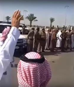 بالفيديو.. مواطن يتنازل عن قاتل ابنه في ساحة القصاص بدون مقابل.. والحضور يهللون ويحملونه على الأعناق