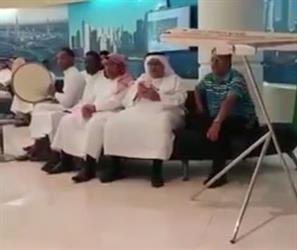 """بالفيديو.. أهازيج رابطتي الاتحاد والأهلي بمكتب """"الخطوط السعودية"""" دعماً للمنتخب السعودي"""