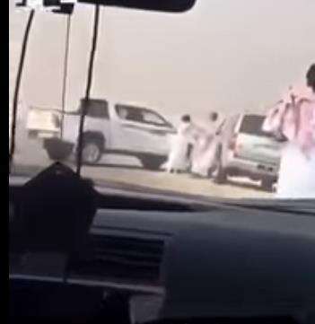 القبض على 3 مواطنين اعتدوا على آخر اعترض على إغلاقهم طريقا عاما لعبور إبلهم