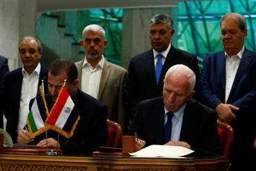 رئيسا وفدي حركتي فتح وحماس الفلسطينيتين يوقعان اتفاق المصالحة في القاهرة