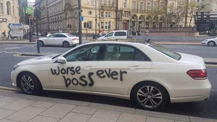 """صور.. قدم استقالته على سیارة مدیره ووصفه بقوله """"أنت أسوأ مدیر"""""""