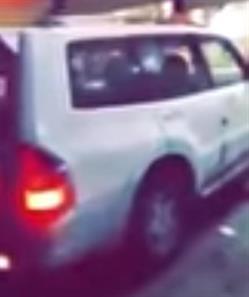 شاهد.. سيارة تقتحم محلاً تجارياً في جدة.. وأحد المتجمهرين: امرأة كانت تقودها