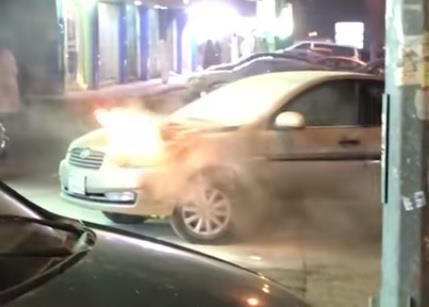 بالفيديو: اندلاع حريق في سيارة بالرياض.. وسرعة تصرف شاب تمنع التهام النيران لها