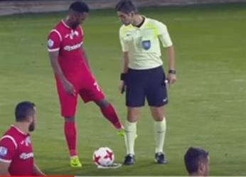 لاعب يمسح قدمه في ساق الحكم ويحرز هدفًا عالميًا