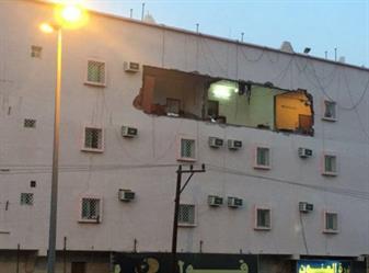شاهد .. انفجار قوي في شقة بخميس مشيط يطيح بواجهتها ويتسبب بوفاة رضيع وتضرر 8 شقق