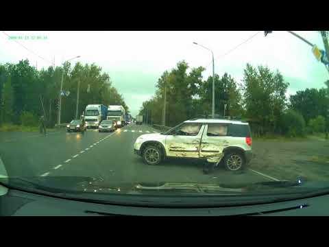 دبابة تفقد السيطرة في أحد شوارع روسيا وتصطدم بسيارة