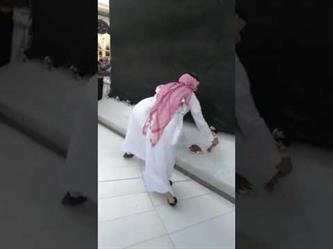 """بالفيديو.. غسل الكعبة المشرفة من آثار """"حادثة البنزين"""""""