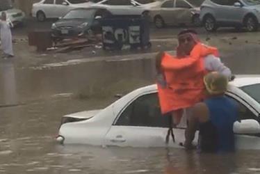 فلبيني ينقذ رجل من الغرق