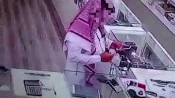 بالفيديو.. كاميرا مراقبة ترصد سرقة بائع في محل جوالات بطريقة مخادعة