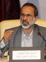معاذ الخطيب يتحدث خلال الاجتماع في الدوحة يوم الاحد