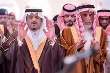 """بالفيديو والصور .. نائب أمير الرياض يؤدي الصلاة على الشهيد """"الكثيري"""""""