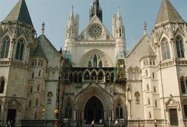 قاضية تحكم بإبقاء طفلة مصرية 15 سنة بإنجلترا خوفا عليها