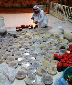 بالصور..  إتلاف 300 كجم من العسل المغشوش بالمواقع السياحية بالطائف
