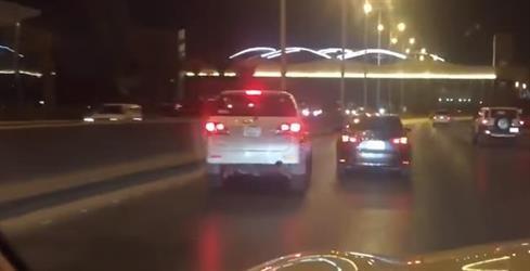 بالفيديو.. سائق يمنع آخر من تجاوزه بطريقة متهورة في شارع شمال الرياض