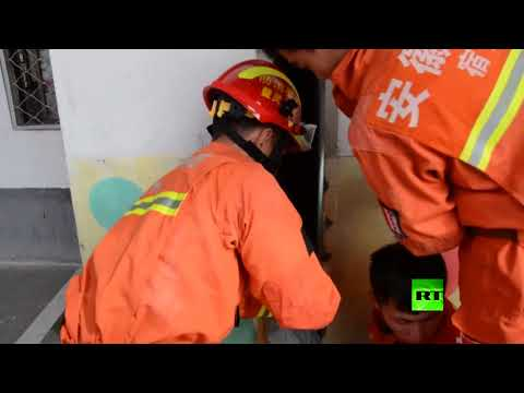 لحظة إنقاذ فتاة صغيرة عالقة بين الجدران