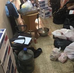 """""""بلدية العليا"""" تضبط مواد غذائية فاسدة في شقة سكنية قبل توزيعها على المطاعم (صور)"""