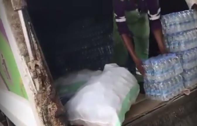 """""""أمانة مكة"""" تكشف تفاصيل مقطع نقل المياه في """"شاحنة نظافة"""" والإجراءات التي اتخذتها (فيديو)"""