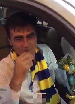 """بالفيديو والصور: مدرب النصر """"جوستافو"""" يصل إلى الرياض ويقبّل شعار النادي.. تعرف على سيرته الذاتية"""