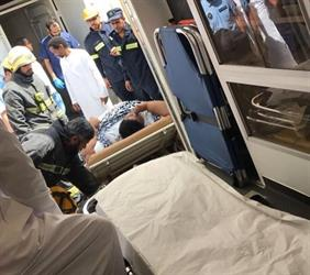 """بالصور.. بمشاركة """"الهلال الأحمر"""" و""""الدفاع المدني"""".. نقل مريض يزن ٢٥٠ كجم إلى المستشفى لتلقى العلاج"""