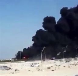 شاهد.. اندلاع حريق هائل في عدة شاحنات بمحطة بنزين بالجبيل