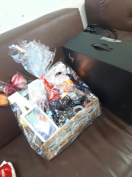 بالصور.. معلمة تتلقى هدايا من زوجها خلال الدوام الرسمي.. تقدر قيمتها بـ13 ألف ريال