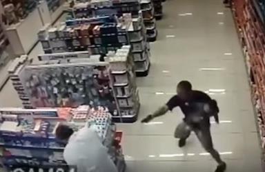 بالفيديو.. شرطي يحمل طفله بيده ويقتل مسلحين في عملية سطو