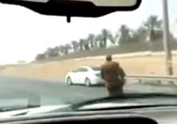 """بالفيديو.. قائد سيارة """"لكزس"""" يهرب من كمين لأمن الطرق على طريق صلبوخ بالرياض"""